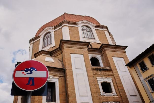 Panneaux de signalisation amusants panneaux de circulation interdite dans les rues de florence