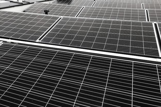 Panneaux solaires abstraits noirs sur le toit de la maison