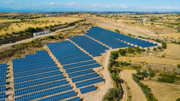 Panneaux solaires. centrale électrique. panneaux solaires bleus. source d'électricité alternative. ferme solaire.