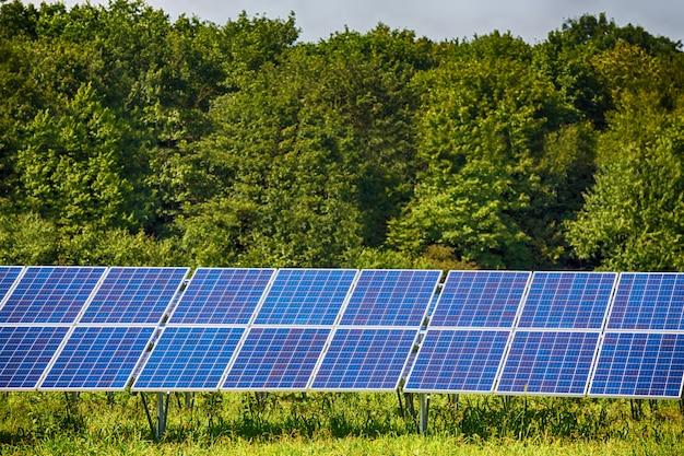 Panneaux solaires sur ciel bleu