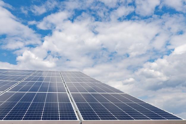 Les panneaux solaires et le ciel bleu