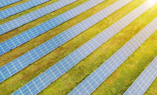 Panneaux solaires contre ciel bleu profond, énergie solaire alternative