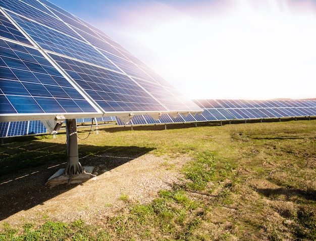 Panneaux solaires contre paysage de montagnes et ciel bleu