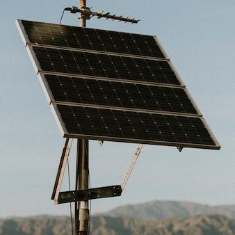 Des panneaux solaires dans le désert californien
