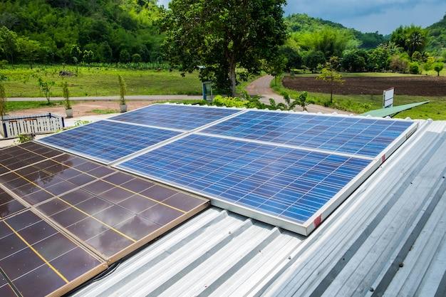 Panneaux solaires énergie alternative énergétique sur le toit