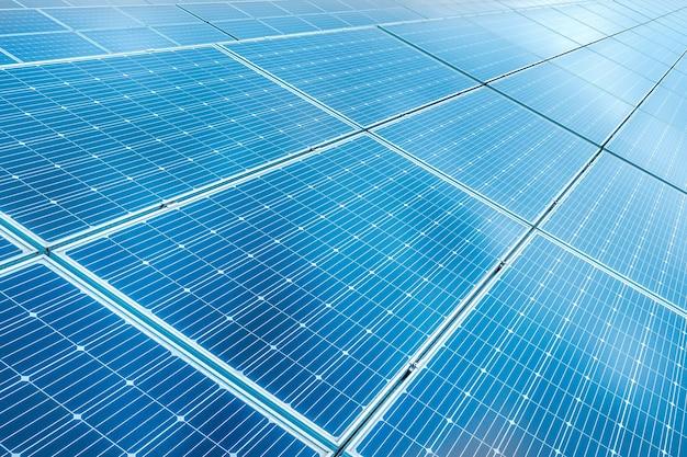 Panneaux solaires sur fond de ciel bleu, gros plan