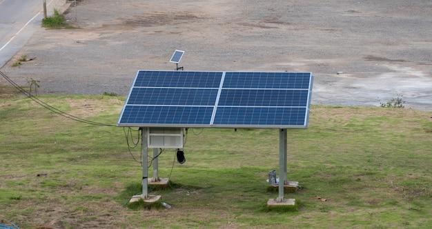 Panneaux solaires installés à la campagne pour la production d'électricité dans les régions éloignées
