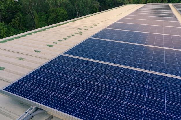 Les panneaux solaires installés sur le toit d'un grand bâtiment sont pleins de saleté et de poussière.