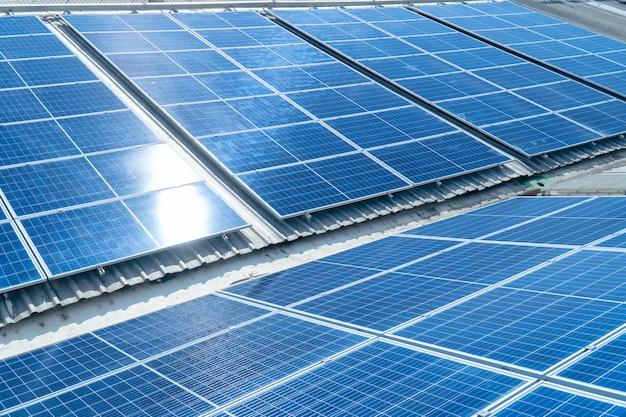 Panneaux solaires obtenez la lumière du soleil sur le toit en été.