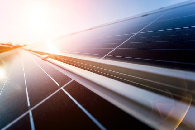 Panneaux solaires photovoltaïques sur fond de ciel bleu