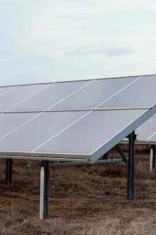 Panneaux solaires produisant de l'électricité avec copie espace