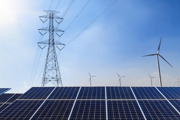 Panneaux solaires avec pylône électrique et éolienne concept d'énergie propre