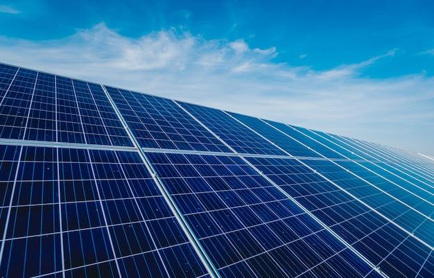 Panneaux solaires, source d'électricité alternative photovoltaïque. contexte.
