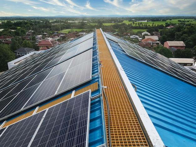 Panneaux solaires sur le toit ou panneaux photovoltaïques devant dans la zone communautaire, énergie solaire, photo depuis un smartphone
