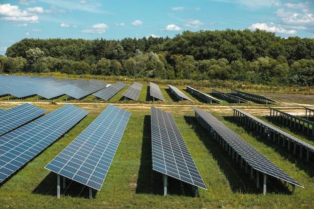 Panneaux solaires en vue aérienne. générateurs de puissance de système de panneaux solaires du soleil