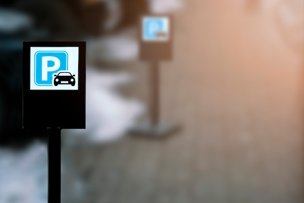 Panneaux de stationnement noirs dans la rue avec espace de copie
