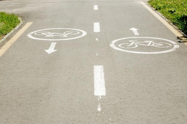 Panneaux de vélo sur la piste cyclable dans la ville