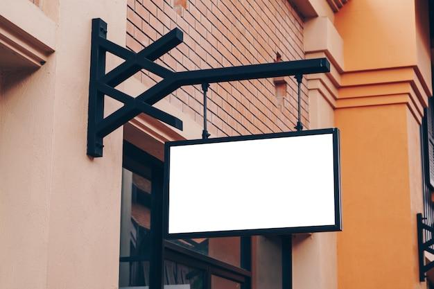 Panneaux vides et blanc suspendu dans la rue avec espace de copie