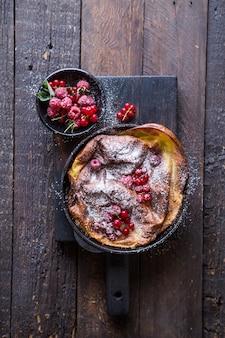 Pannukakku ou crêpe danoise aux fruits rouges