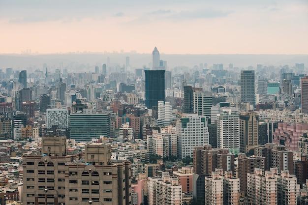 Panorama aérien sur le centre-ville de taipei avec des couches de montagne au crépuscule depuis la montagne d'éléphants de xiangshan dans la soirée.