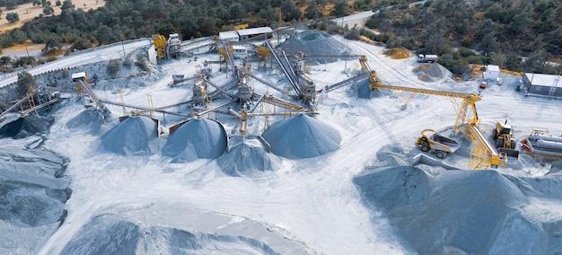 Panorama aérien de l'usine de concassage et de criblage de pierres avec des tas de gravier et de machines à pyrga, chypre