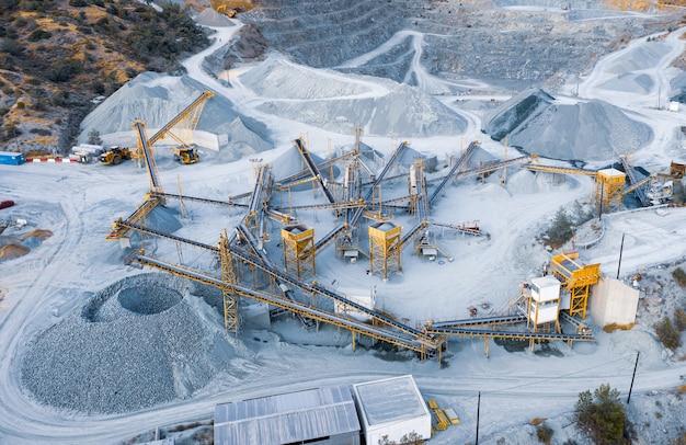 Panorama aérien de l'usine de concassage et de criblage de pierres avec tas de stock, tas de gravier trié et machines de convoyage