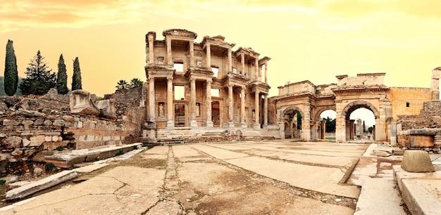Panorama de l'ancienne bibliothèque de celsus à ephèse sous un ciel dramatique