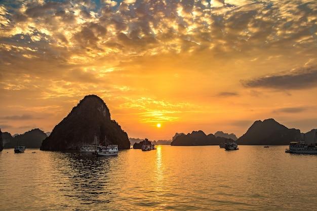 Panorama de la baie d'halong au coucher du soleil au vietnam
