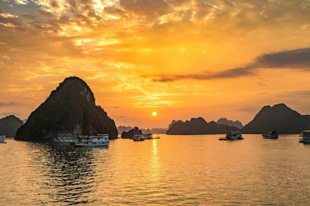 Panorama de la baie d'halong au coucher du soleil