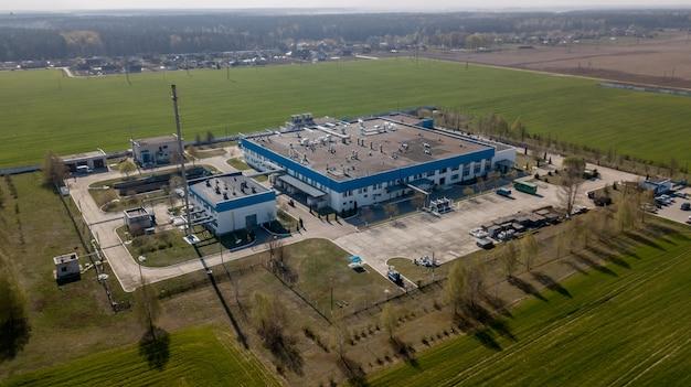 Panorama des bâtiments industriels contre le ciel