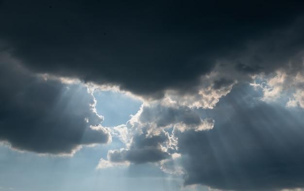 Panorama de beaux nuages de tonnerre avec des nuages pluvieux de rayons de soleil
