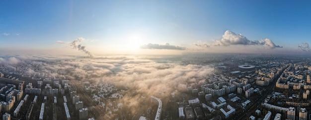 Panorama de bucarest à partir d'un drone, quartiers d'immeubles résidentiels, brouillard autre le sol, roumanie