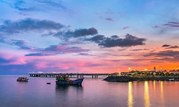 Panorama de casco viejo, le quartier historique de panama city au coucher du soleil. patrimoine mondial de l'unesco en amérique centrale
