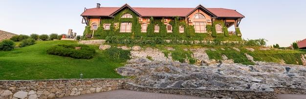 Panorama de la cave château vartely au coucher du soleil avec jardin verdoyant