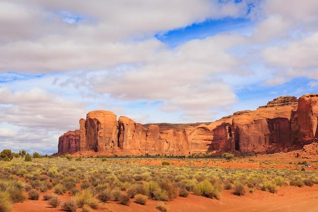 Panorama avec les célèbres buttes de monument valley de l'arizona, états-unis.
