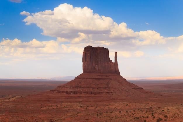 Panorama avec les célèbres buttes de monument valley de l'arizona, usa. paysage de roches rouges