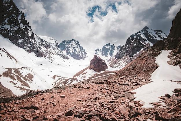 Panorama de la chaîne de montagnes trans ili alatau du système tien shan