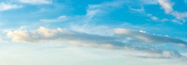 Panorama ciel bleu et nuages blancs dans la journée