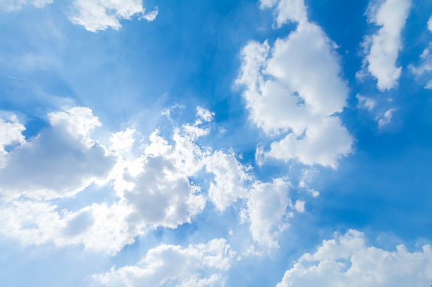Panorama de ciel bleu et nuages par beau temps