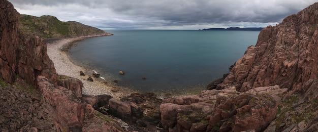 Panorama d'une côte rocheuse de la mer de barents près de teriberka