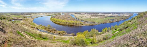 Panorama des courbes de la rivière coule en plaine