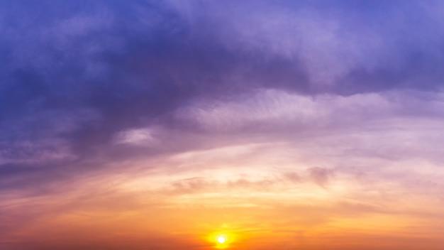 Panorama crépuscule ciel et soleil nature fond