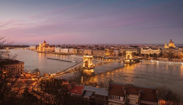 Panorama du centre de budapest dans la soirée