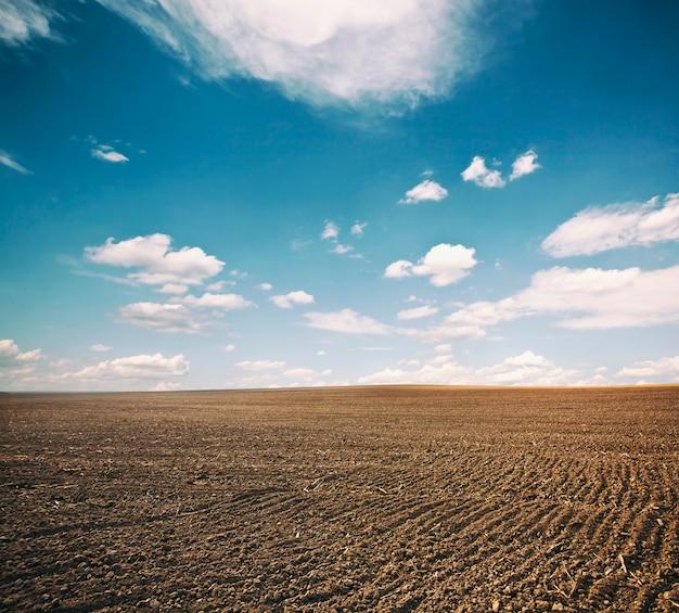 Panorama du champ labouré. un sol de terre brune