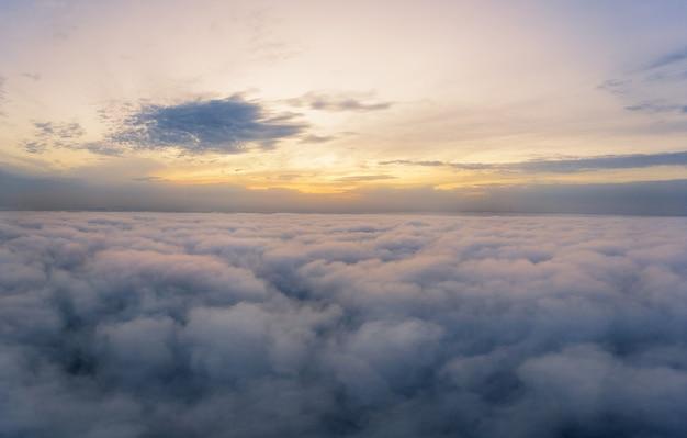 Panorama du ciel, vue aérienne, aube ou coucher de soleil, heure bleue.