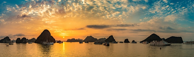 Panorama du coucher du soleil dans la baie d'halong au vietnam