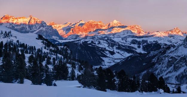Panorama du coucher de soleil sur les dolomites fanis, tyrol du sud, italie