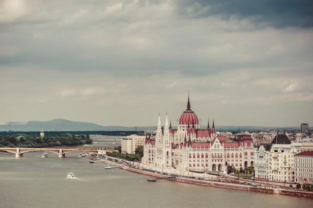 Panorama du majestueux bâtiment du parlement à budapest, hongrie