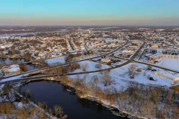 Panorama du paysage d'hiver avec des zones de maisons résidentielles dans le quartier couvert de neige de la ville de burlington, nj avec par la rivière delaware