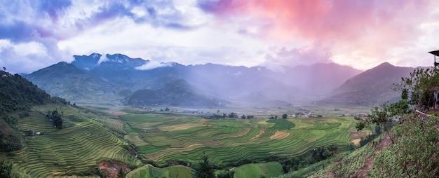 Panorama du point de vue de la rizière en terrasse et de la montagne au coucher du soleil coloré à tule, yen bai